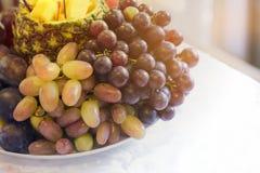 Ένα μεγάλο πιάτο σε ένα φεστιβάλ διακοπών των τροφίμων Τελετή των φρούτων, υγιής τρόπος ζωής στοκ φωτογραφίες με δικαίωμα ελεύθερης χρήσης