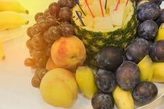 Ένα μεγάλο πιάτο σε ένα φεστιβάλ διακοπών των τροφίμων Τελετή των φρούτων, υγιής τρόπος ζωής στοκ εικόνες