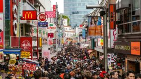 Ένα μεγάλο πλήθος των τουριστών στην οδό takeshita-Dori στοκ εικόνα