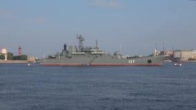 """Ένα μεγάλο προσγειωμένος σκάφος """"Μινσκ """"στον ποταμό Neva Πετρούπολη Άγιος απόθεμα βίντεο"""