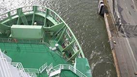 Ένα μεγάλο σκάφος θάλασσας δίνει έξω τις δένοντας γραμμές και πηγαίνει στη θάλασσα φιλμ μικρού μήκους