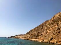 Ένα μεγάλο όμορφο μεγαλοπρεπές αμμώδες βουνό πετρών, ένα ανάχωμα, ένας λόφος, ένας λόφος στην έρημο ενάντια στο μπλε ουρανό και α στοκ εικόνα