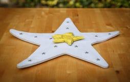 Ένα μεγάλο άσπρο αστέρι με ένα μικρό κίτρινο αστέρι στην κορυφή Στοκ Φωτογραφία