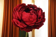 Ένα μεγάλο κόκκινο burgundy λουλούδι φιαγμένο από έγγραφο Στοιχείο του ντεκόρ Στοκ Φωτογραφία