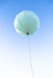 Ένα μεγάλο μπαλόνι ενάντια στον ουρανό Στοκ Φωτογραφίες