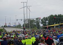 Ένα μεγάλο πλήθος των αναβατών ποδηλάτων που περιμένουν σε έναν δημόσιο δρόμο Στοκ φωτογραφίες με δικαίωμα ελεύθερης χρήσης