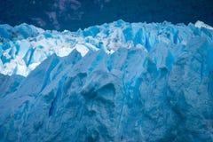 Ένα μεγάλο στρώμα του πάγου και του χιονιού στο υπόβαθρο του δασικού Shevelev Στοκ φωτογραφία με δικαίωμα ελεύθερης χρήσης