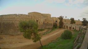 Ένα μεσαιωνικό φρούριο, μια βαθιά τάφρος, μια γέφυρα και αυτοκίνητα, Famagusta, Κύπρος φιλμ μικρού μήκους
