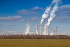 Ένα με κάρβουνο τοπίο σταθμών παραγωγής ηλεκτρικού ρεύματος γεωργικό την άνοιξη CZ Στοκ φωτογραφίες με δικαίωμα ελεύθερης χρήσης