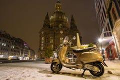 Ένα μηχανικό δίκυκλο το χειμώνα στις οδούς πόλεων της Ευρώπης, Γερμανία, Δρέσδη στοκ φωτογραφία με δικαίωμα ελεύθερης χρήσης