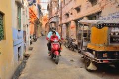 Ένα μηχανικό δίκυκλο που ταξιδεύει μέσω των στενών παρόδων στο Jodhpur Στοκ φωτογραφία με δικαίωμα ελεύθερης χρήσης