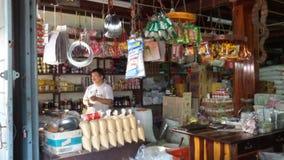 Ένα μη αναγνωρισμένο άτομο είναι παντοπώλης στο ταϊλανδικό παντοπωλείο, Ταϊλάνδη στοκ εικόνες