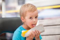 Ένα μικρά αγόρι και ένα καλαμπόκι στο σπάδικα Στοκ φωτογραφία με δικαίωμα ελεύθερης χρήσης
