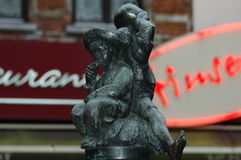 Ένα μικρό άγαλμα των ατόμων που πίνουν το κρασί Στοκ εικόνες με δικαίωμα ελεύθερης χρήσης