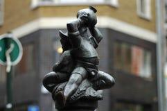 Ένα μικρό άγαλμα των ατόμων που πίνουν το κρασί Στοκ Εικόνες