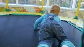 Ένα μικρό αγοράκι που πηδά σε ένα τραμπολίνο απόθεμα βίντεο