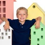 Ένα μικρό αγόρι παίζει με τα ζωηρόχρωμα σπίτια Στοκ φωτογραφίες με δικαίωμα ελεύθερης χρήσης