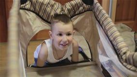 Ένα μικρό αγόρι που παίζει με ένα λίκνο απόθεμα βίντεο
