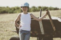 Ένα μικρό αγόρι σε μια μπλούζα Στοκ εικόνα με δικαίωμα ελεύθερης χρήσης