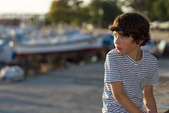 Ένα μικρό αγόρι σε μια μπλούζα Στοκ Φωτογραφίες