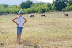 Ένα μικρό αγόρι σε μια μπλούζα Στοκ φωτογραφία με δικαίωμα ελεύθερης χρήσης