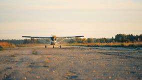 Ένα μικρό αεροπλάνο που πηγαίνει γρήγορα σε έναν διάδρομο για να απογειωθεί φιλμ μικρού μήκους