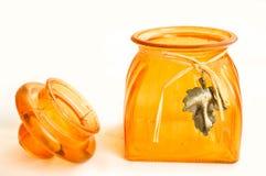 Ένα μικρό ανοικτό πορτοκαλί βάζο γυαλιού με ένα καπάκι Στοκ φωτογραφίες με δικαίωμα ελεύθερης χρήσης