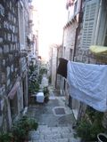Ένα μικρό για τους πεζούς σκαλοπάτι πετρών σε Dubrovnik στοκ φωτογραφίες