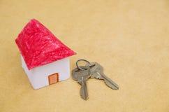 Ένα μικρό και όμορφο πρότυπο σπιτιών φιαγμένο από έγγραφο με μερικά κλειδιά Στοκ φωτογραφία με δικαίωμα ελεύθερης χρήσης