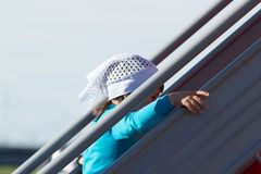Ένα μικρό κορίτσι αναρριχείται στα σκαλοπάτια στοκ εικόνες