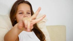 Ένα μικρό κορίτσι βρίσκεται άρρωστο στο κρεβάτι της Παίζει με τα δάχτυλα απόθεμα βίντεο