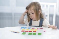 Ένα μικρό κορίτσι θυμάται τις γεωμετρικές μορφές πρώιμη εκπαίδευση Στοκ φωτογραφία με δικαίωμα ελεύθερης χρήσης
