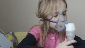 Ένα μικρό κορίτσι κάθεται και εισπνέει φιλμ μικρού μήκους