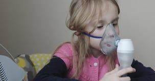 Ένα μικρό κορίτσι κάθεται και εισπνέει απόθεμα βίντεο