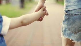 Ένα μικρό κορίτσι και ένα αγόρι περπατούν στο πάρκο απόθεμα βίντεο
