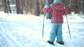 Ένα μικρό κορίτσι μαθαίνει διαγώνιο να κάνει σκι χωρών φιλμ μικρού μήκους