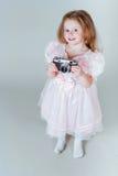 Ένα μικρό κορίτσι με μια παλαιά κάμερα στοκ φωτογραφία με δικαίωμα ελεύθερης χρήσης