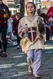 Ένα μικρό κορίτσι με την κουκουβάγια μωρών της κατά τη διάρκεια μιας ιστορικής παρέλασης στο Μάαστριχτ στοκ εικόνες