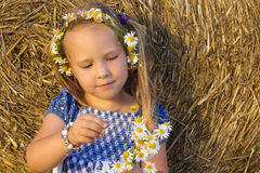 Ένα μικρό κορίτσι παίζει αυτός με αγαπά, με αγαπά όχι Στοκ Εικόνες