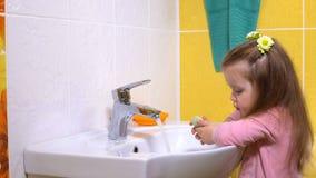 Ένα μικρό κορίτσι πλένει τα χέρια της φιλμ μικρού μήκους