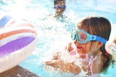 Ένα μικρό κορίτσι που έχει τη διασκέδαση στην υπαίθρια λίμνη Στοκ εικόνες με δικαίωμα ελεύθερης χρήσης