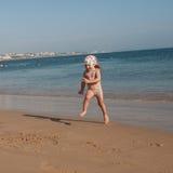 Ένα μικρό κορίτσι που τρέχει στο θαλάσσιο νερό Στοκ φωτογραφία με δικαίωμα ελεύθερης χρήσης