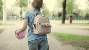 Ένα μικρό κορίτσι σε μια ΚΑΠ τρέχει στο πάρκο απόθεμα βίντεο