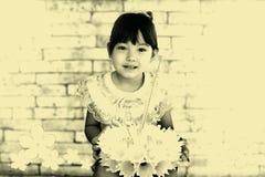 Ένα μικρό κορίτσι στο ταϊλανδικό κλασσικό φόρεμα για το φεστιβάλ Loy Kratong Στοκ φωτογραφίες με δικαίωμα ελεύθερης χρήσης