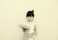 Ένα μικρό κορίτσι στο ταϊλανδικό κλασσικό φόρεμα για το φεστιβάλ Loy Kratong Στοκ Φωτογραφίες