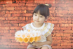 Ένα μικρό κορίτσι στο ταϊλανδικό κλασσικό φόρεμα για το φεστιβάλ Loy Kratong Στοκ Φωτογραφία