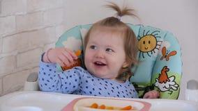 Ένα μικρό κορίτσι τρώει ένα καρότο 001 φιλμ μικρού μήκους