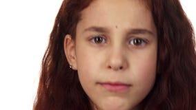 Ένα μικρό κορίτσι φέρνει ένα δάχτυλο στο στόμα της και ζητά τη σιωπή απόθεμα βίντεο