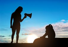 Ένα μικρό κορίτσι φωνάζει και οι κραυγές μητέρων της σε την στο μεγάφωνο, διδάσκουν την πειθαρχία της στοκ φωτογραφία