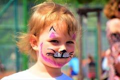 Ένα μικρό κορίτσι χρωμάτισε όπως ένα γατάκι στοκ φωτογραφία